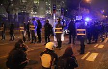 Càrregues dels Mossos per dissoldre un enfrontament entre radicals del Barça i concentrats de Tsunami