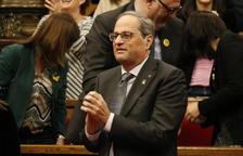 El presidente de la Generalitat, Quim Torra, aplaudiendo la decisión del TJUE sobre Oriol Junqueras durante el pleno del Parlamento.