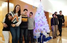 La Asociación Down decora el árbol de Navidad de las oficinas de Bienestar Social de Reus