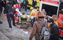 Los servicios médicos atienden a uno de los heridos a la explosión del campanario de Centelles