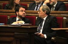 Imagen de archivo del presidente del Gobierno, Quim Torra, hablando con el vicepresidente, Pere Aragonès.