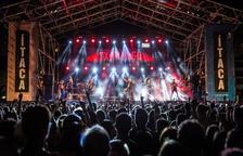 Pla general del públic ballant durant el concert de Txarango aquest divendres 22 de juny de 2018.
