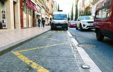 La 'intrusió' de vehicles a les parades fa «perdre el temps» als taxistes reusencs
