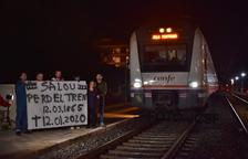 Diversos usuaris acomiaden l'últim tren que va sortir ahir des de l'estació de Salou