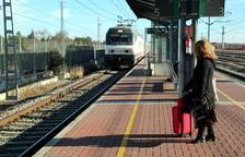 Una viajera esperando en el andén de la estación de l'Aldea-Tortosa-Amposta uno de los Talgo que ha llegado con retraso.