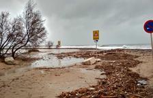 El temporal inunda carrers de Salou i Cambrils