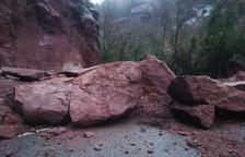 Siurana está incomunicado por grandes piedras en su única vía de acceso