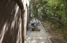Destrossen papereres i bancs al parc que envolta el Mas Sabater de Reus