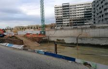 Susto por la caída de un muro protector en unas obras en Torres Jordi