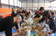 Els participants en la Xatonada del Vendrell, aquest diumenge, a l'escola Àngel Guimerà.
