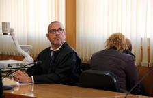 L'acusada d'intentar matar l'exparella, d'esquenes, a l'Audiència de Tarragona al costat del seu advocat, Ramon Martínez.