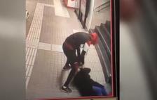 Un hombre agrede brutalmente a una mujer para robarle la bolsa en el metro de Barcelona