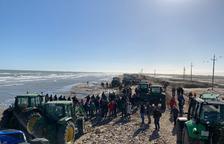 Más de 200 tractores recorren el Delta en una marcha para reclamar «actuaciones contundentes», si hace falta con obra dura