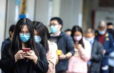 Ciudadanos de Guangzhou haciendo cola para comprar mascarillas.