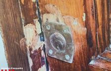 Imatge de la porta del domicili forçada.