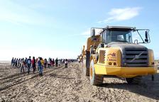 Un camino de arena une provisionalmente la punta de la Banya con el delta del Ebre