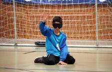 L'ONCE fomenta la inclusió de les persones cegues a través del goalball, l'esport on tothom juga amb antifaç