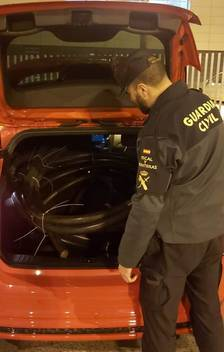 La Guàrdia Civil i la Guàrdia Municipal de Riudoms sorprenen els ocupants d'un vehicle amb coure robat en el maleter