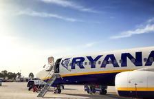 Boeing 737 de Ryanair estacionado en la plataforma de un aeropuerto.