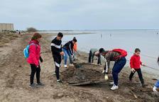 Voluntaris recogen diez toneladas de basura de la bahía de los Alfacs