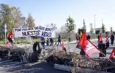 La AEQT denuncia que los huelguistas han impedido hacer el cambio de turno de los bomberos del Parque Químico Norte