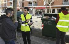 Un equipo informa a los que se acercan con la basura sobre cómo se tienen que separar y depositar los residuos.