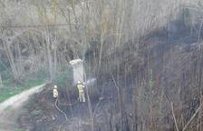 Un incendi a Gandesa crema 700m2 de canyes i matolls