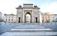 Vista general de la Puerta Garibaldi de Milán vacía de gente