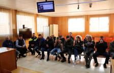 Pla obert dels processats asseguts al banc dels acusats de l'Audiència de Tarragona.