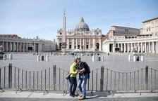 Imagen de turistas delante de la plaza de Sant Pere, casi vacía, en Roma.