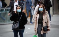 Dos mujeres con mascarillas caminando por el centro de Barcelona