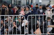 Refugiados y migrantes en el puerto de Mytilene, en la isla de Lesbos, Grecia, el 4 de marzo