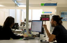 Una treballadora del SOC i un home conversen en un dels punts d'atenció del Servei d'Ocupació de Catalunya l'octubre del 2018.