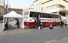 El bus del Banc havia rebut ahir a mig matí, davant del Mercat Central de Reus, unes 25 persones.