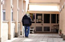 Uno de los abuelos sin síntomas de la residencia de abuelos de Àger, con mascarilla, entrando en el centro