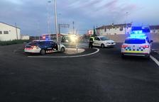 Un control policial conjunto de la Policía Local de Alcanar y los Mossos d'Esquadra para evitar infracciones del confinamiento en el marco de la crisis del coronavirus el 27 de marzo del 2020.