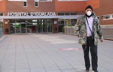 Un hombre sale del Hospital de Igualada con mascarilla.