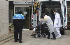Unes 40 persones grans van ser reubicades, durant el matí d'ahir, a instal·lacions del carrer Gaudí.