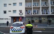 La Guardia Urbana homenajea con aplausos a los sanitarios desplegados en el Hotel Núria