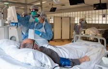 Profesionales del Hospital Clínico atienden a un paciente que necesitan tratamiento de diálisis y que es positivo de covid-19
