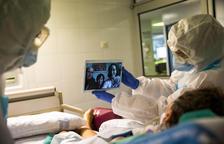 Un dels instants en què la pacient ingressada a la UCI parla per videotrucada amb la seva família.