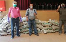 Dos ciutadans donen aliments a l'Ajuntament de Creixell pels més desfavorits