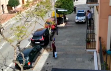 Veïns i policia d'Altafulla reben amb aplaudiments un veí que torna a casa després de superar el coronavirus