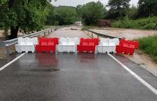 El desbordament del riu Gaià obliga a tallar la carretera d'accés a Aiguamúrcia