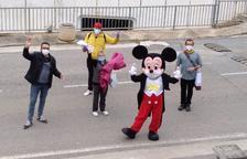 Mickey Mouse reparte colores y dibujos por Sant Jordi en Vilaverd