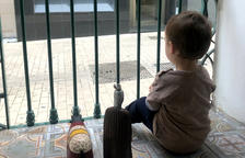 Un niño mira desde el balcón de casa, durante el confinamiento.