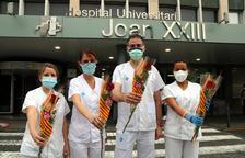 Reparteixen 2.300 roses solidàries a una dotzena de centres sanitaris de Tarragona per Sant Jordi