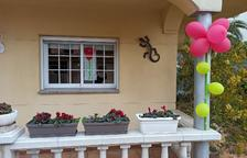 L'Ajuntament de Sarral sorprèn repartint 800 roses i poemes a totes les cases