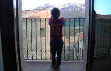 Un niño observante desde el balcón de casa el entorno natural de su municipio, durante el confinamiento.