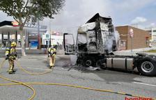 S'incendia un camió a prop d'una gasolinera a Vila-seca